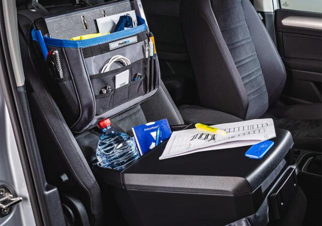 Autoassistent-2.0-Anwendungsbild-Beifahrersitz-VW-Touran-mit-Office-Organizer[2] kopiëren