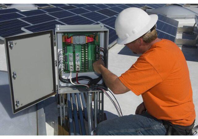 installatie-van-omvormer-zonnepanelen-